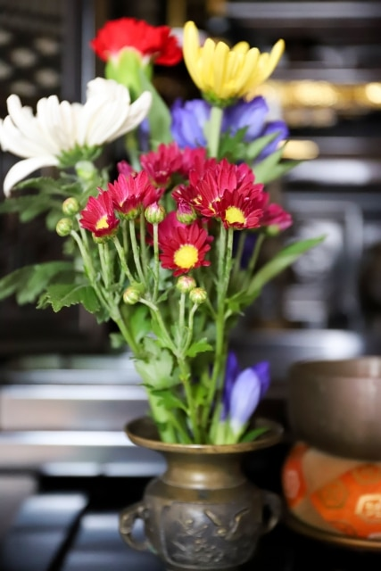 仏壇の赤い花