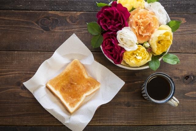 コーヒー豆と花